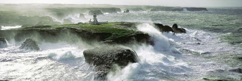 Photo Gale warning on Pointe des Poulains lighthouse in Belle-Ile par Philip Plisson