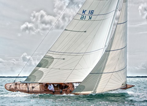 Photo Classic yacht, leeward of the bay par Philip Plisson