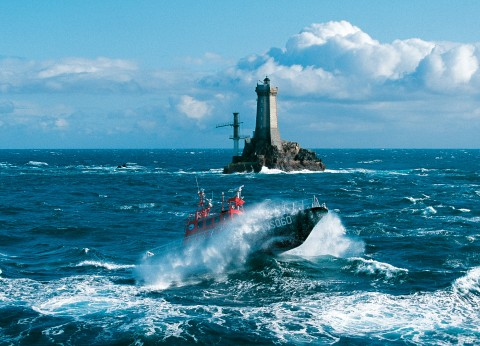 Photo Lifeboat in front of the Vieille lighthouse, Finistère par Philip Plisson