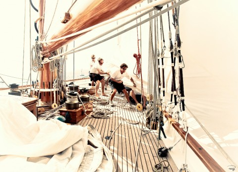 Photo Manoeuvre aboard a classic yacht par Philip Plisson