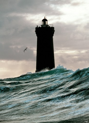 Photo A l'ombre du phare du Four, Finistère, Bretgane par Philip Plisson