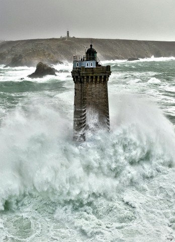 Photo Le phare de la Vieille devant la Pointe du Raz, Bretagne par Philip Plisson