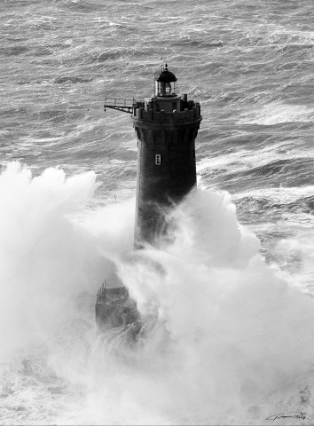 Photo The Four lighthouse in black and white, Finistère, Brittany par Guillaume Plisson