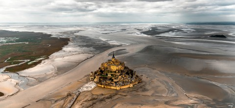 Photo Le Mont-Saint-Michel à marée basse, Normandie par Philip Plisson