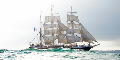Photo The three-masted boat Belem in the swell par Philip Plisson