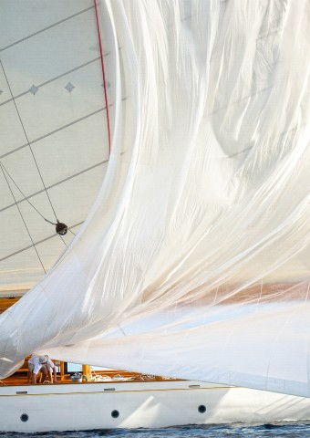 Photo Lowing the spinnaker, Voiles de Saint-Tropez par Philip Plisson
