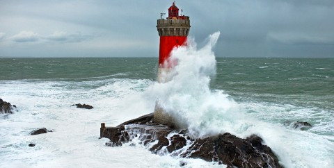 Photo Vague sur le phare des Pierres Noires, Bretagne par Philip Plisson