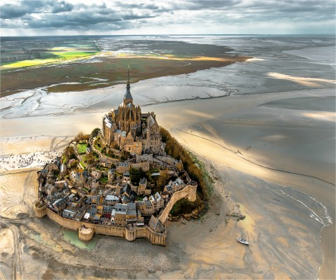 Photo Le Mont-Saint Michel entre ciel et basse mer, Normandie par Philip Plisson