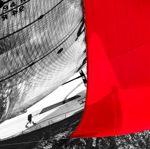 Photo Sailboat in regatta under red spinnaker par Guillaume Plisson
