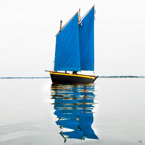 Photo Sinagot with blue sails par Philip Plisson