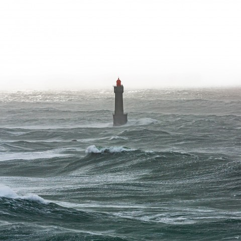 Photo Le phare de la Jument au milieu de l'océan par Philip Plisson